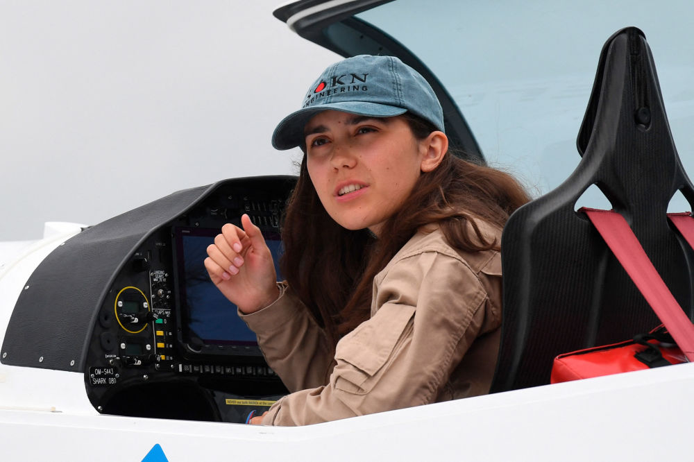 زارا وترفورد بلژیکی بریتانیایی قبل از آغاز پرواز دور دنیا در هواپیمای سبک در بلژیک