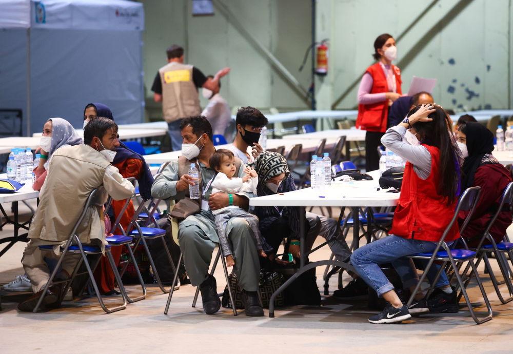 اتباع اسپانیایی و افغانستانی که پس از تخلیه کابل به پایگاه هوایی توررخن رسیده اند