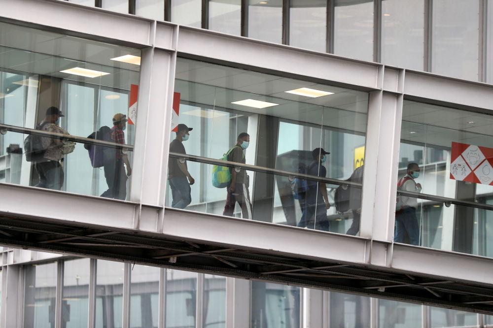 افراد تخلیه شده از افغانستان وارد فرودگاه شارل دوگل فرانسه می شوند