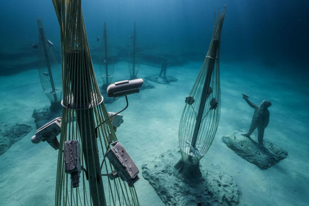 Объекты музея подводной скульптуры Musan у пляжа Пернера в Айя-Напе, Кипр
