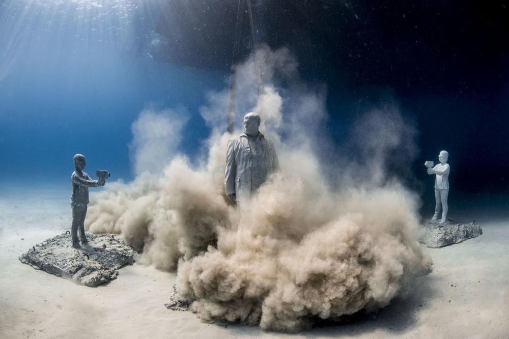 Установка скульптуры в музей подводной скульптуры Musan у пляжа Пернера в Айя-Напе, Кипр