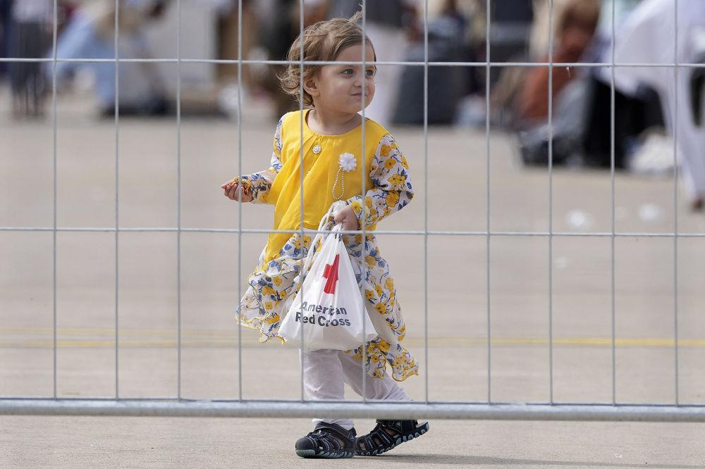 دختربچه پناهجوی  افغان در پایگاه هوایی رامشتاین در آلمان
