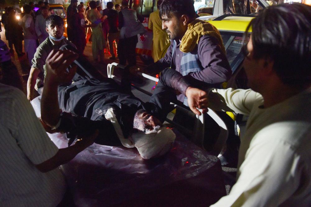 پزشکان به آسیب دیدگان دو انفجار شدید در کابل کمک می کنند