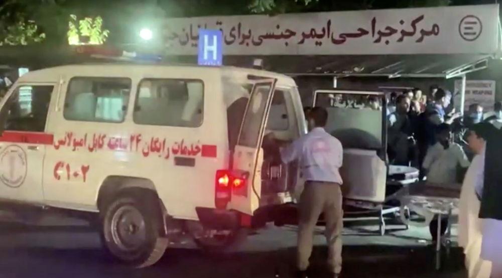 آمبولانس زخمی های دو انفجار شدید در کابل را به بیمارستان می رساند