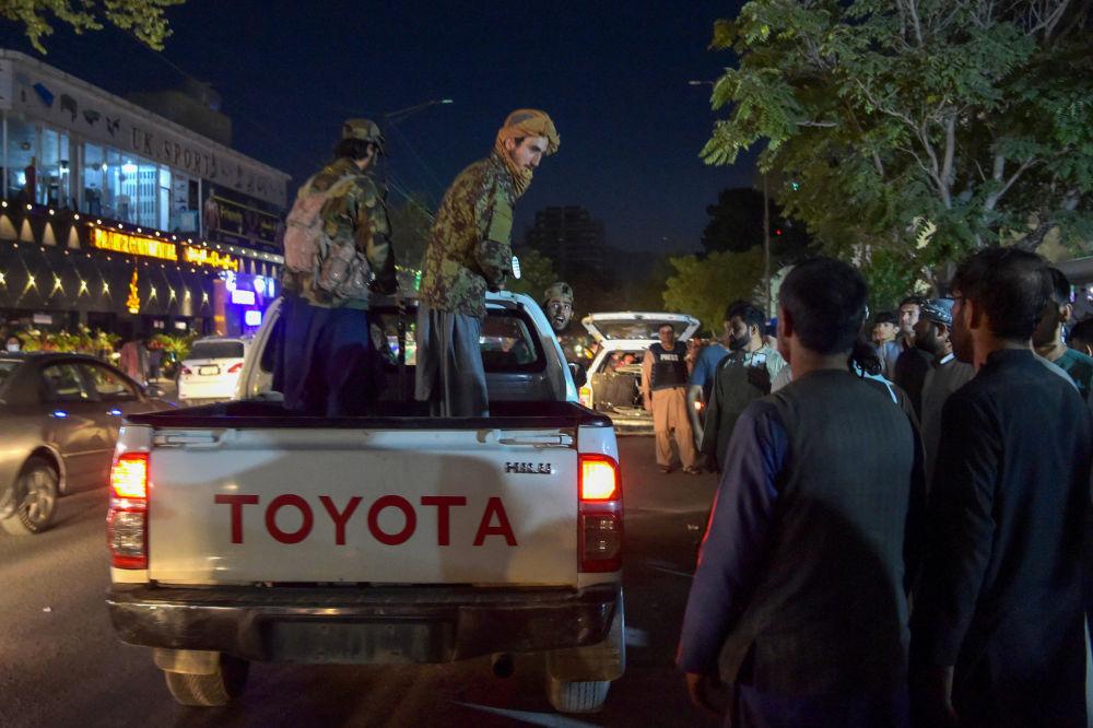 طالبان در روی وانت در نزدیکی بیمارستان