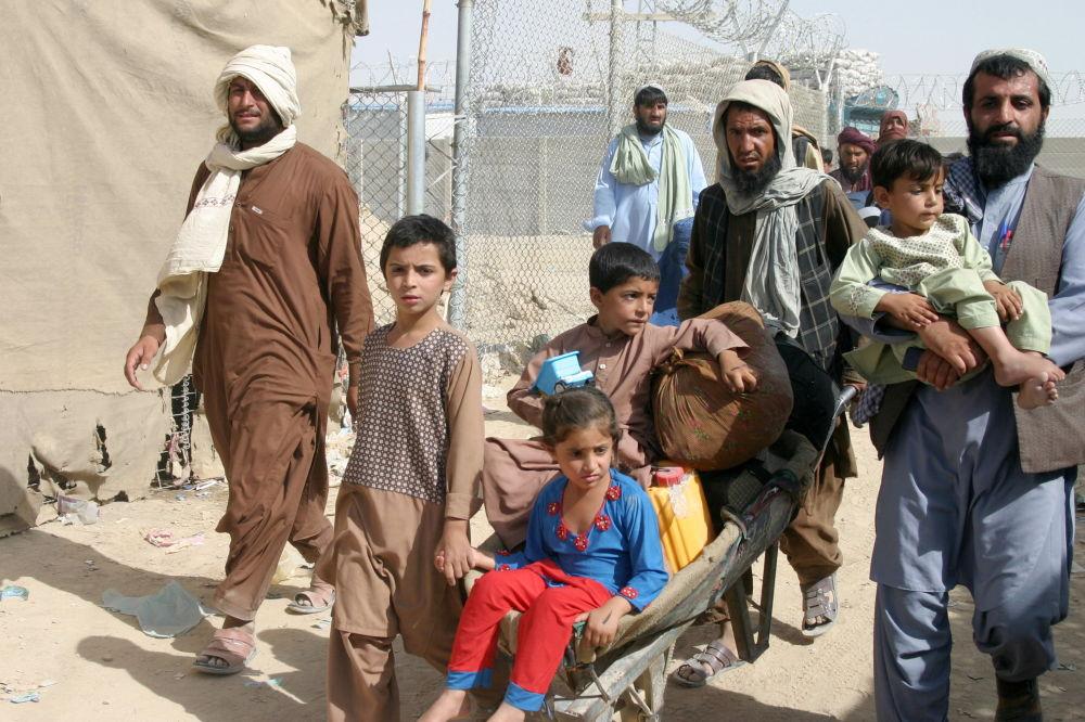 افغان ها در مرکز ایست بازرسی در نزدیکی شهر مرزی چمن پاکستان