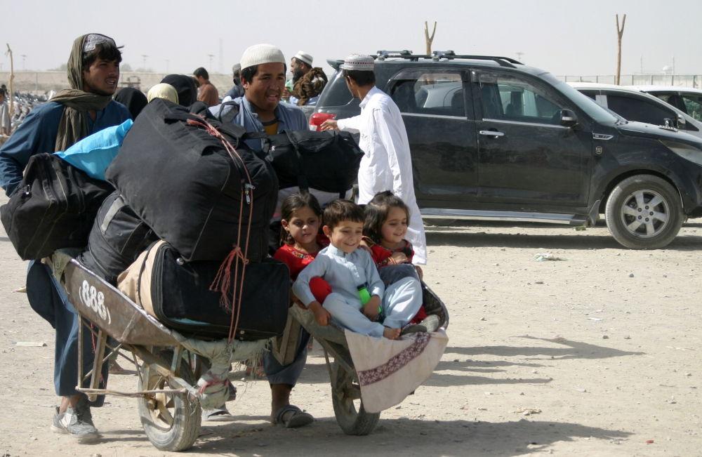 یک خانواده پناهجوی افغان در مرکز ایست بازرسی در نزدیکی شهر مرزی چمن پاکستان