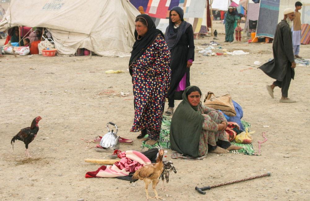 یک خانواده پناهجوی افغان در ایستگاه راه آهن شهر مرزی چمن پاکستان