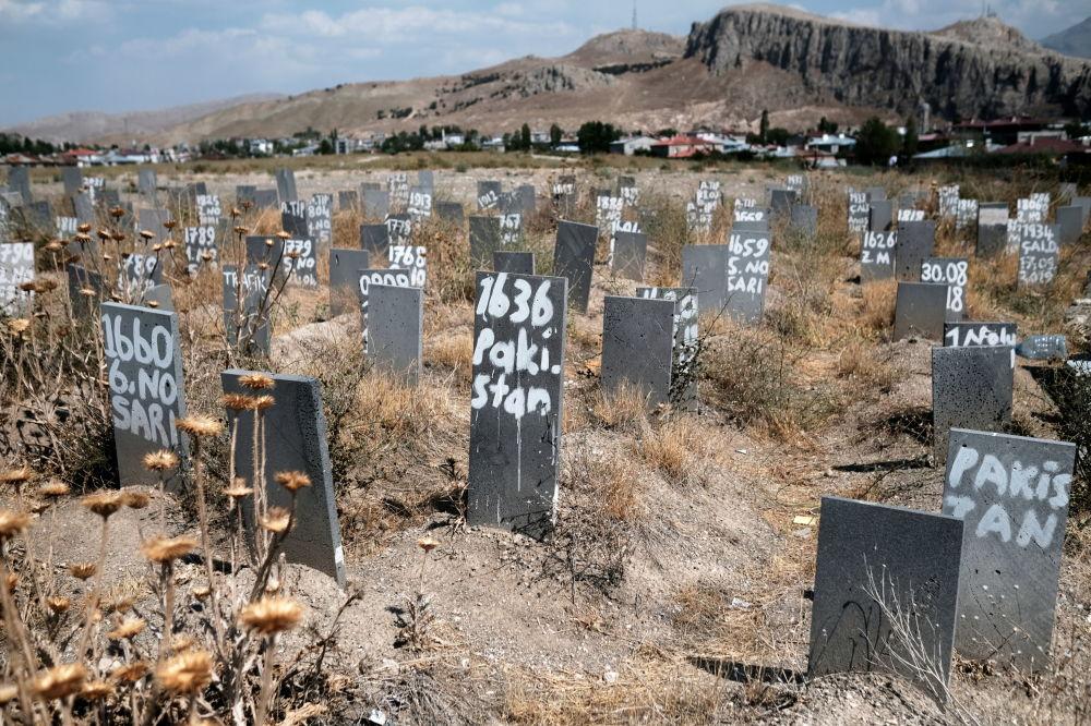 گورستان محل دفن مهاجران غیر قانونی ناشناس در شهر مرزی وان ترکیه