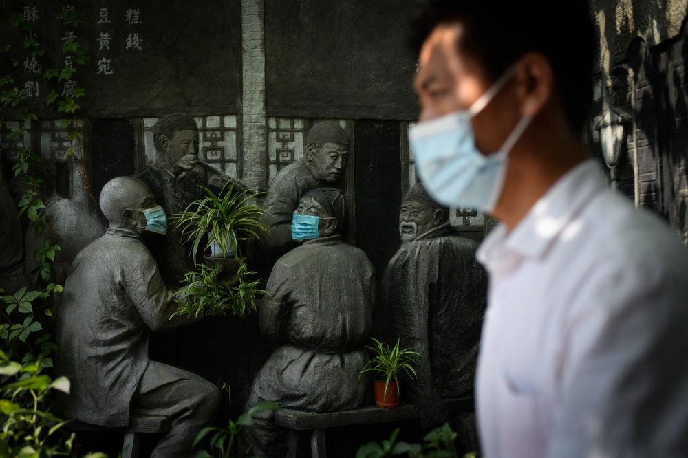 رویدادهای هفته به روایت تصویر مجسمه ماسک پوش در پکن