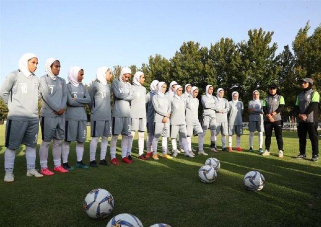همخوانی دختران تیم ملی فوتبال زنان ایران + ویدئو