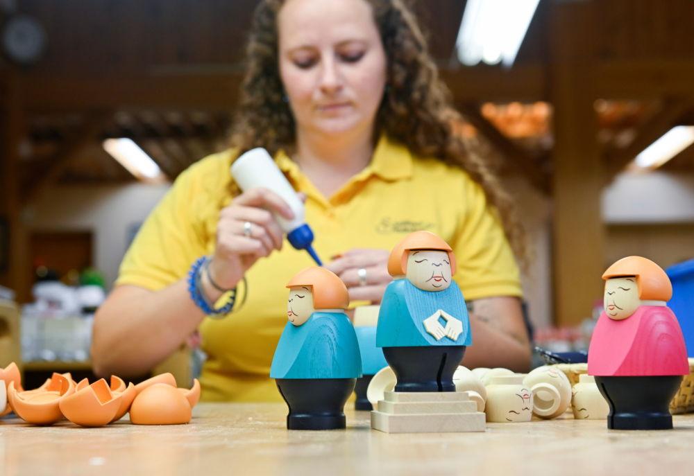 عروسک آنگلا مرکل در شرکت Seiffener Volkskunst  در زایفن آلمان