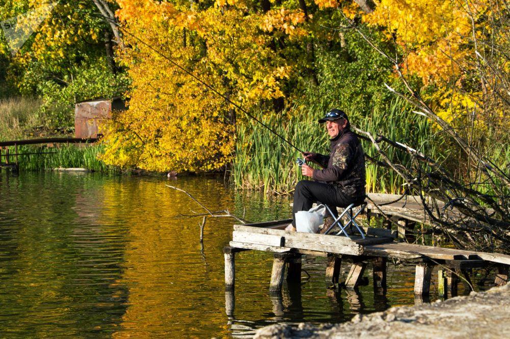 مردی در حال ماهیگیری در استان مسکو