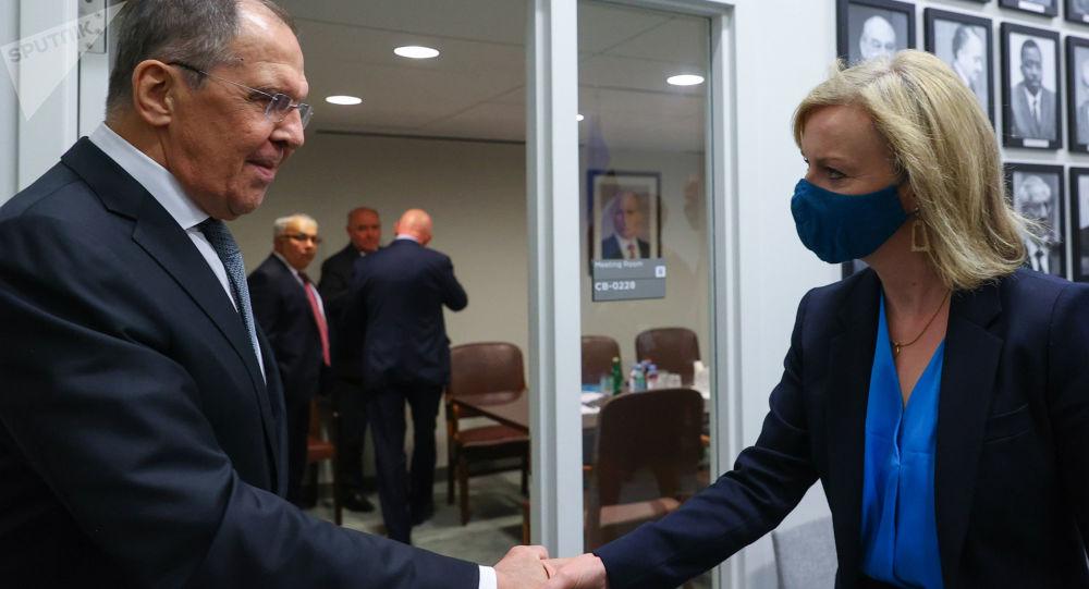 سرگئی لاوروف وزیر خارجه روسیه و الیزابت تراس وزیر خارجه انگلیس