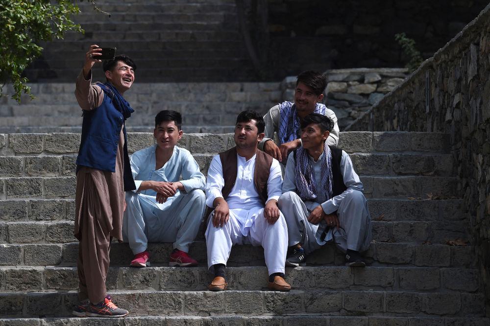 عکس گرفتن جوانان افغان در پارک کابل