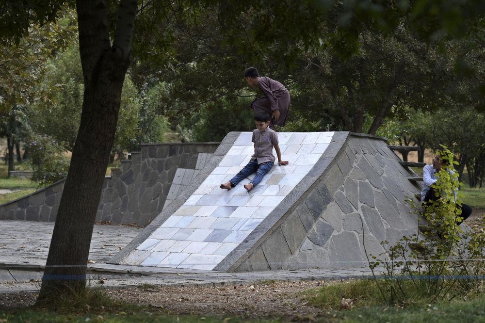 بازی کردن کودکان در یکی از پارک های کابل