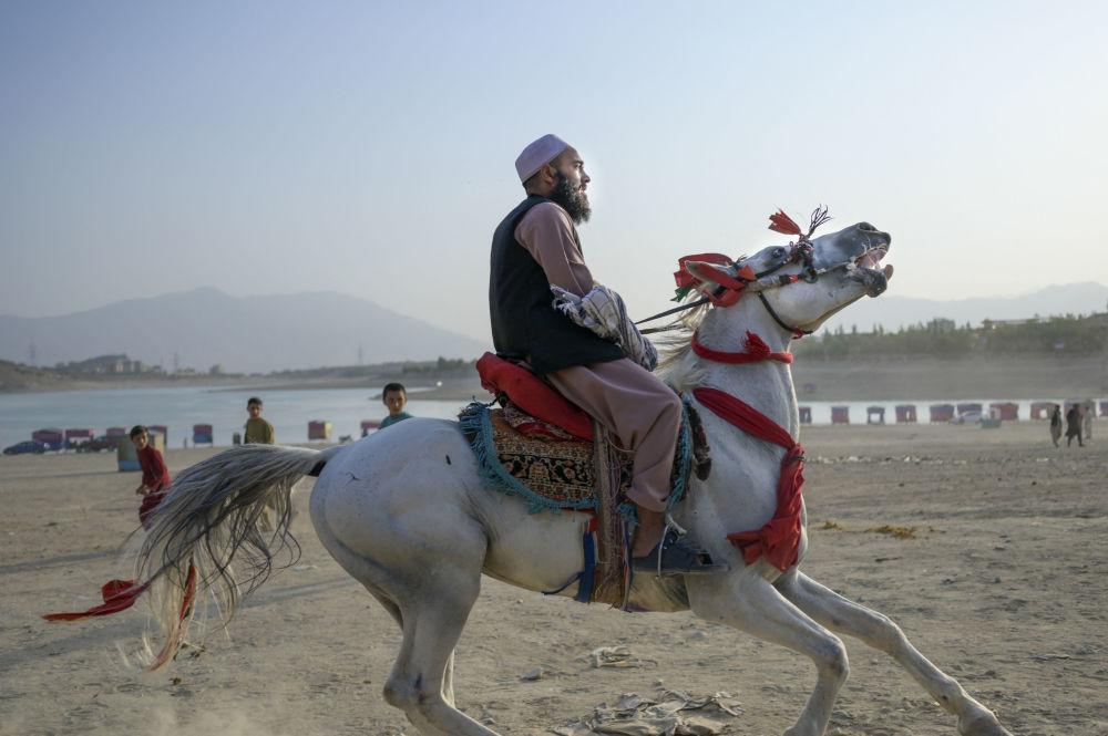 یکی از نیروهای طالبان (ممنوعه در روسیه)  سوار بر اسب در کابل
