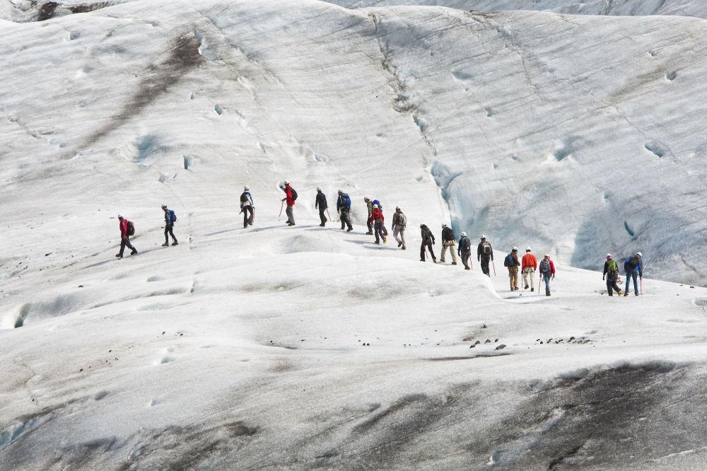 گروهی از کوه نوردان در واتنایکال ایسلند
