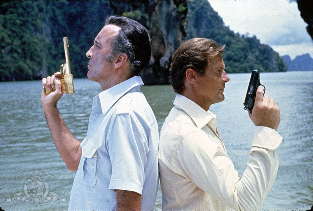 صحنه ای از فیلم «مردی با طپانچه طلایی»