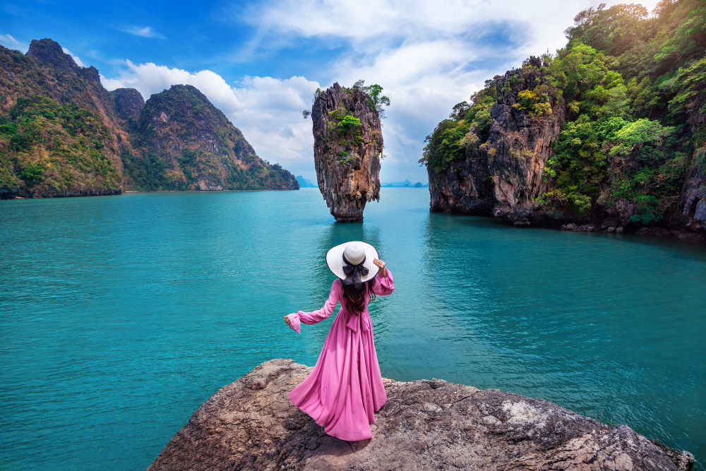 دختری روی صخره جزیره جیمس باند در تایلند