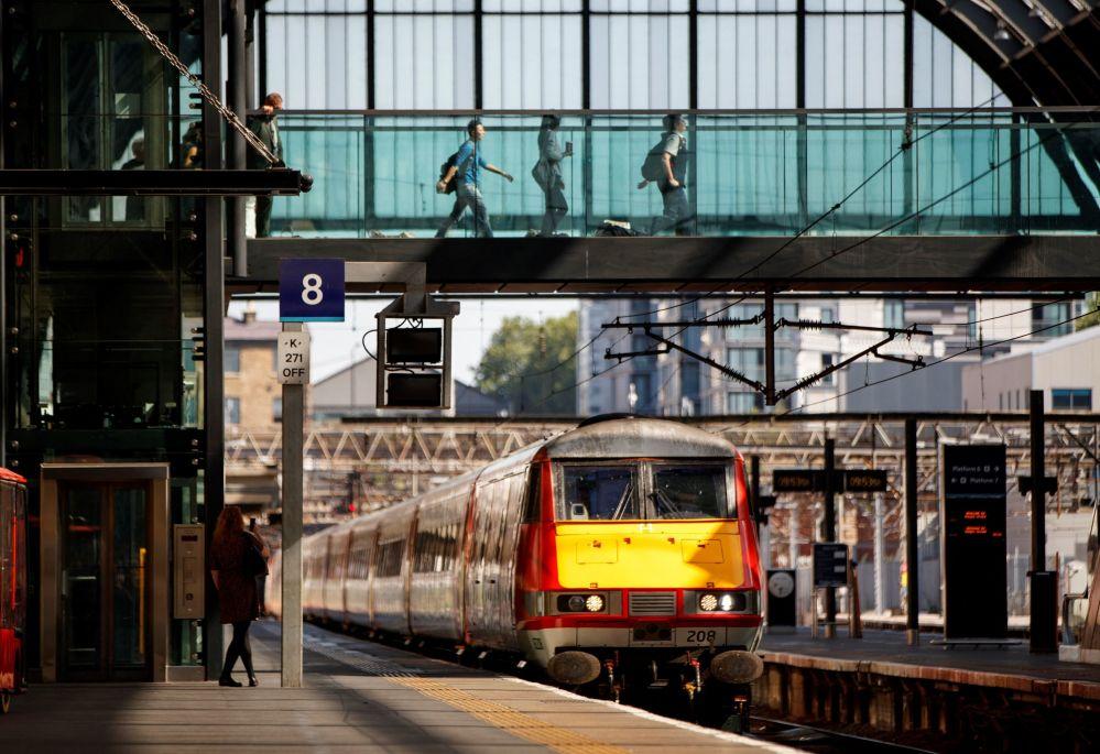 قطار به ایستگاه کینگ کروس در لندن نزدیک می شود