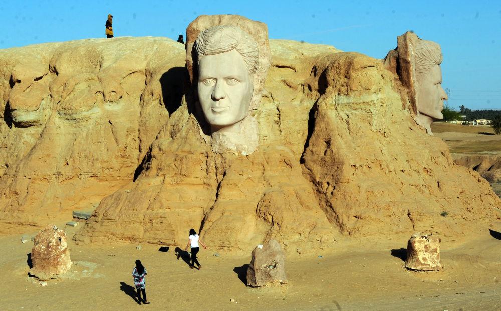 مردم در حال بازدید از مجسمه عظیم شاعر تونسی ابوقاسم