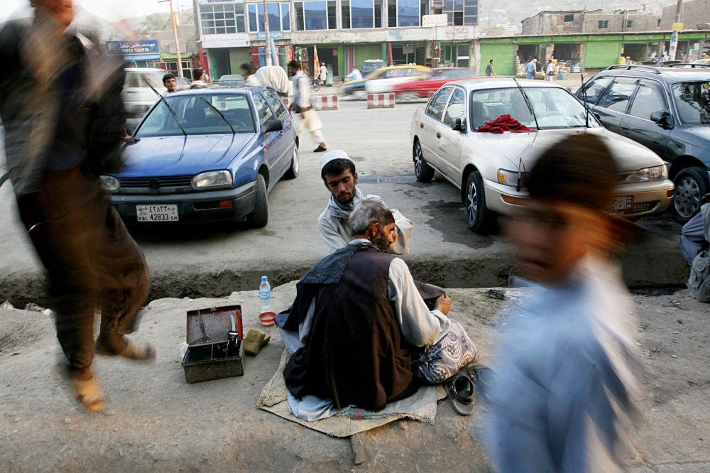 آرایشگر خیابانی که در سال ۲۰۰۷ اصلاح می کند