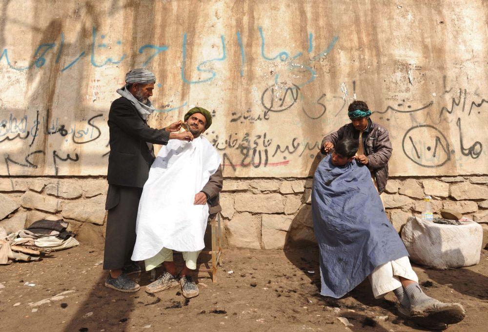 مردان افغان در حال کوتاه کردن مو در هرات در سال ۲۰۱۲