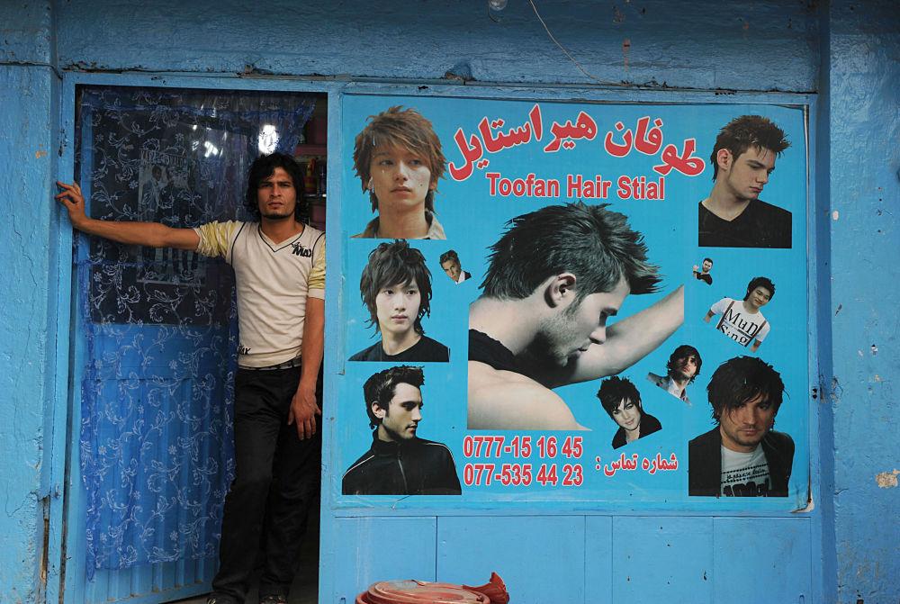 آرایشگر افغان در شهر کابل سال ۲۰۱۰