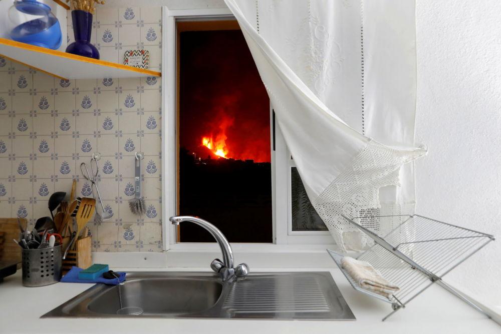 آتشفشان از پنجره آشپزخانه ای در جزیره لاپالما