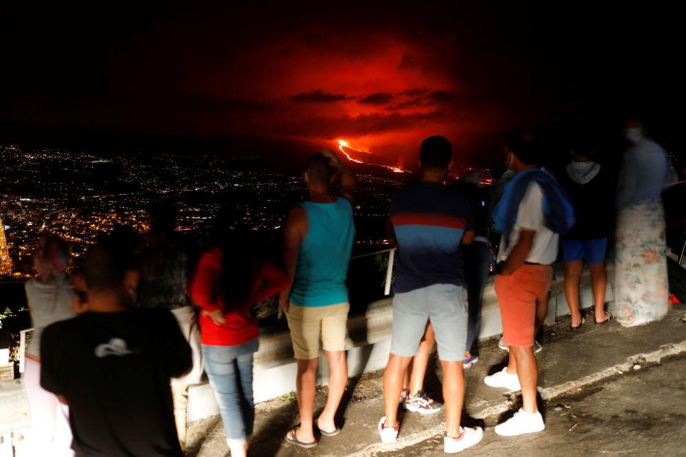 مردم در حال تماشای آتشفشان در جزیره لاپالما