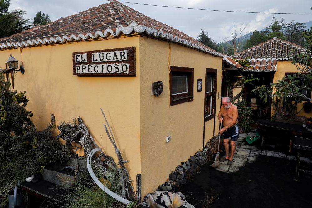 پیرمرد ۷۵ ساله در خانه اش در جزیره لاپالما