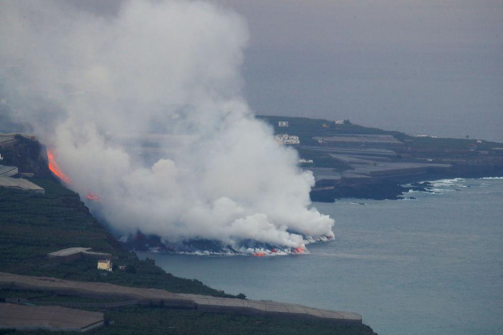 گدازه های آتش به دریا می ریزد