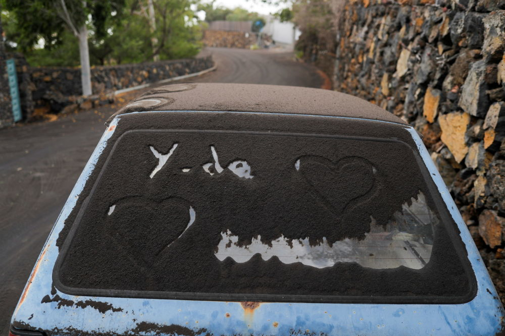 دوده آتفشان روی اتومبیلی در جزیره لاپالما