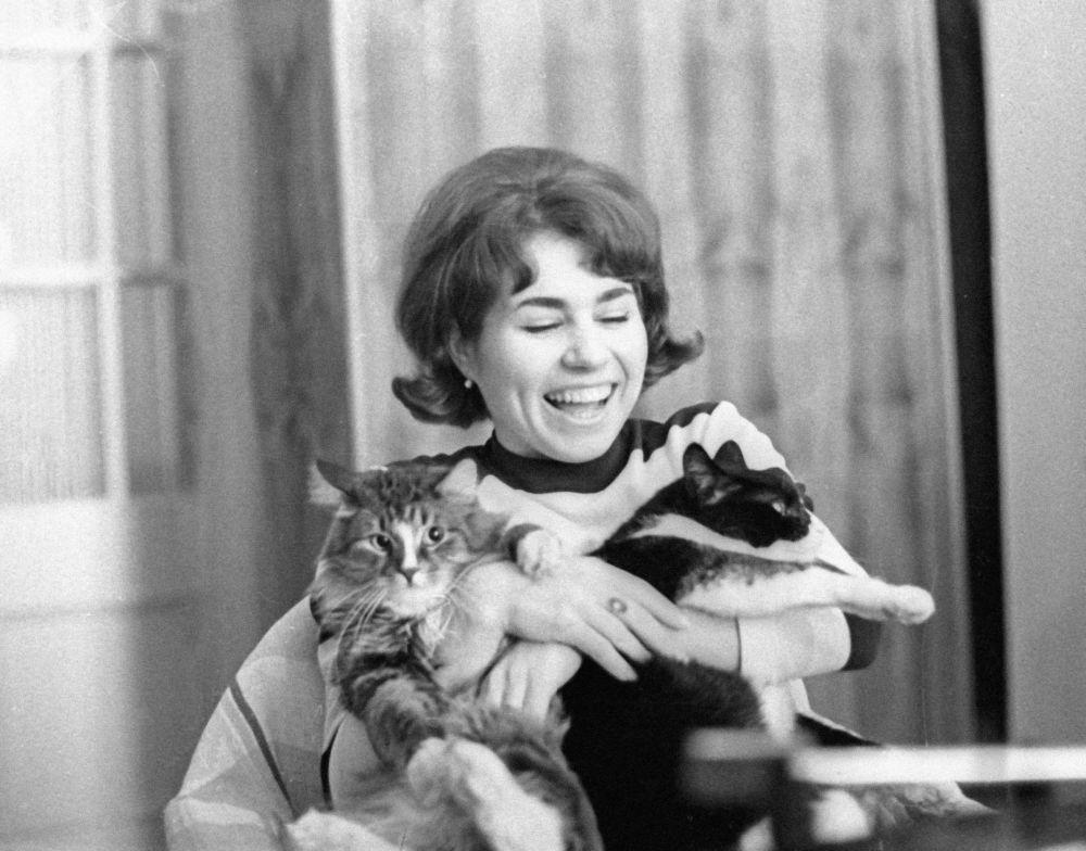 لیودمیلا پاخاموا با گربه هایش