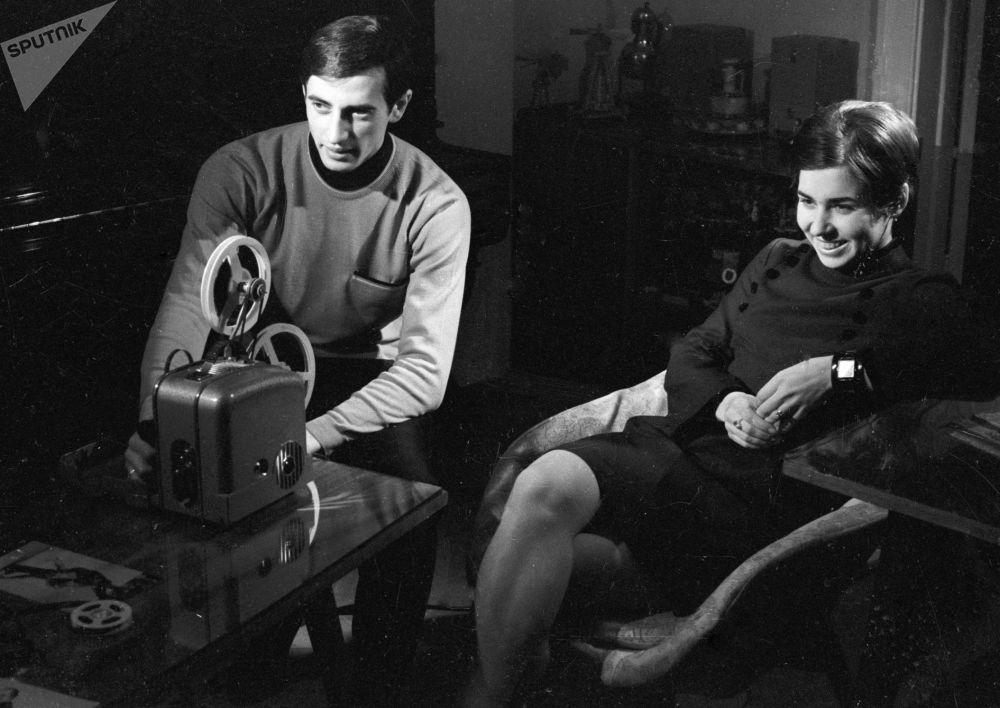 لیودمیلا پاخاموا و الکساندر گورشکوف در حال تماشای فیلم