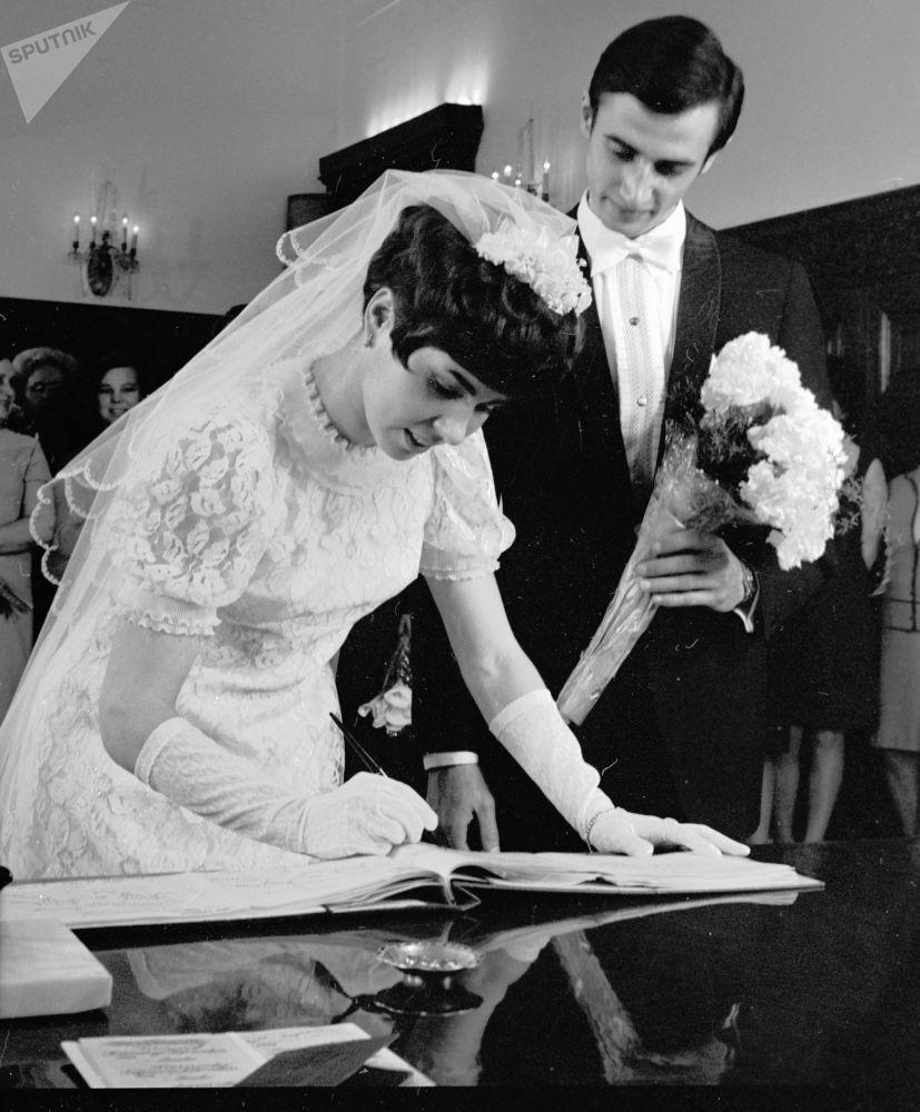 لیودمیلا پاخاموا و الکساندر گورشکوف در مراسم عروسی شان در سال ۱۹۷۰