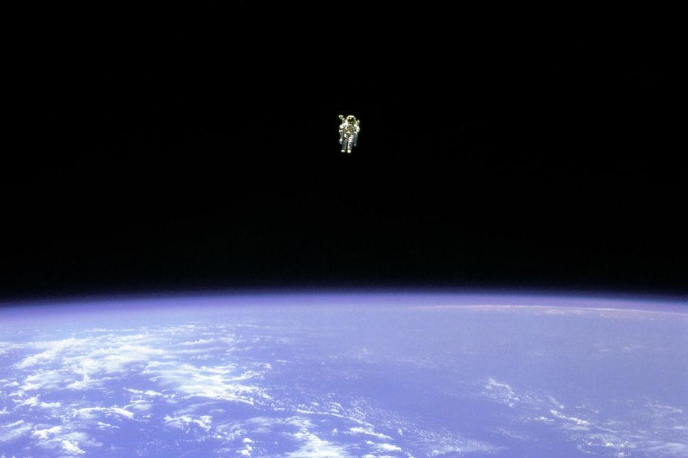رویدادهای فضانوردی جهان پرواز آزاد بروس مک کندلز در فضا