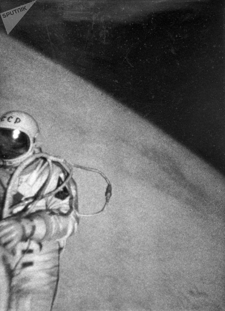 رویدادهای فضانوردی جهان آلکسی لئونوف فضانورد روسیه در فضای آزاد