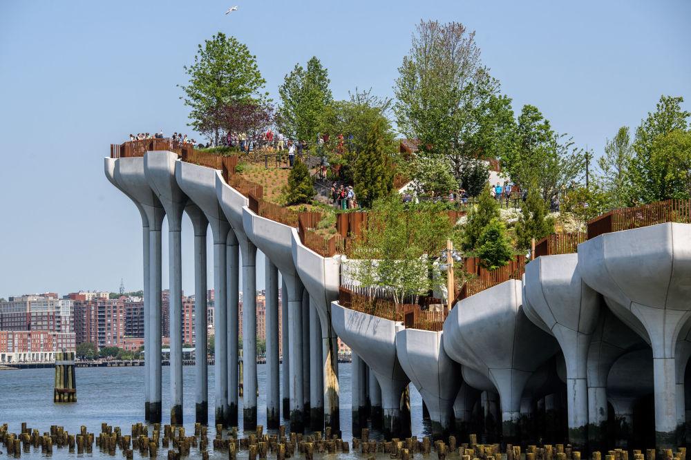 نمایی از جزیره کوچک ، پارک متحرک روی رودخانه گودزن در نیویورک