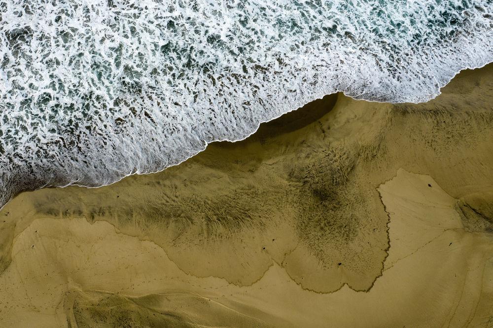 آبها و شنهای سیاه کالیفرنیا به دلیل نشت نفت