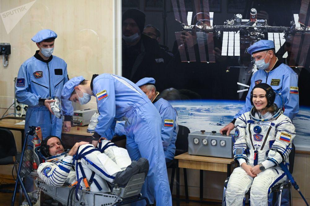 هنرپیشه یولیا پرسیلد و کارگردان کلیم شیپنکو قبل پرواز با سفینه فضایی