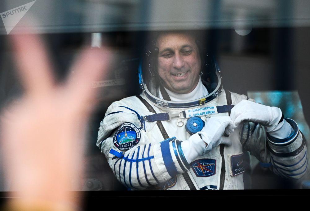 فضانورد آنتون اشکاپلروف قبل از پرتاب سفینه از بایکنور