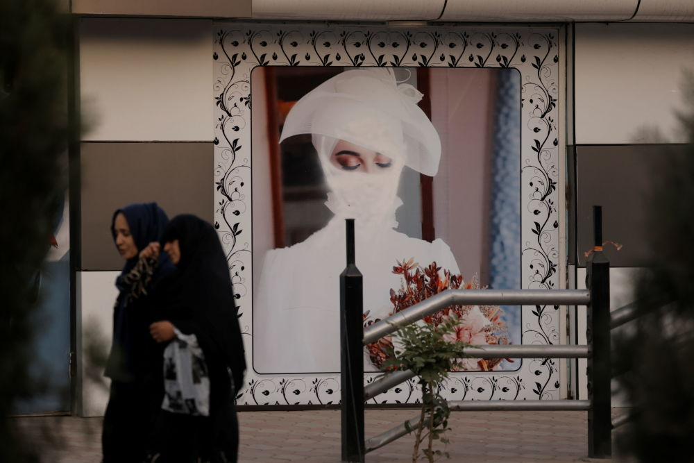 زنان افغان در نمایی از تصاویر رنگ شده زنان در کابل