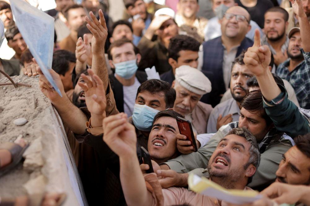 افغان ها در مرکز صدور پاسپورت در کابل
