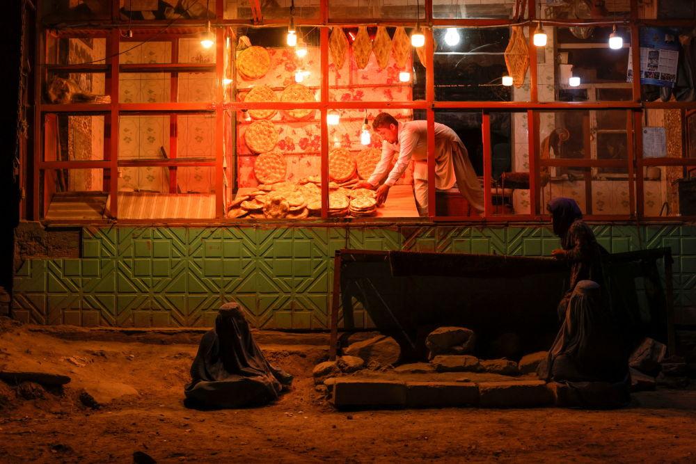 زنی چادری افغان در نانوایی در کبل