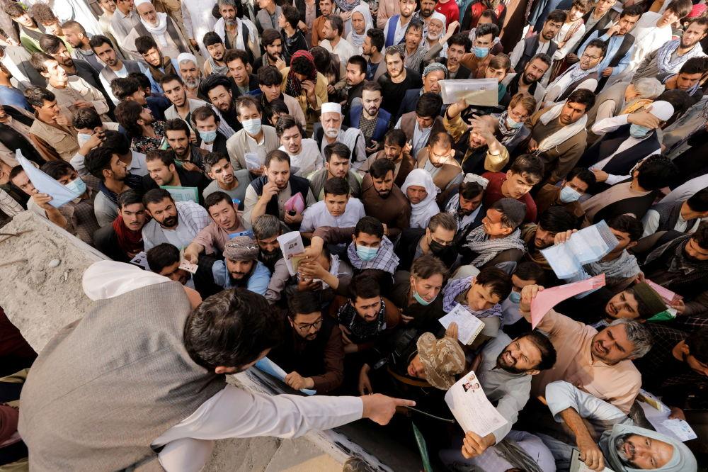 رویدادهای هفته به روایت تصویر تجمع مردم در مقابل اداره گذرنامه افغانستان