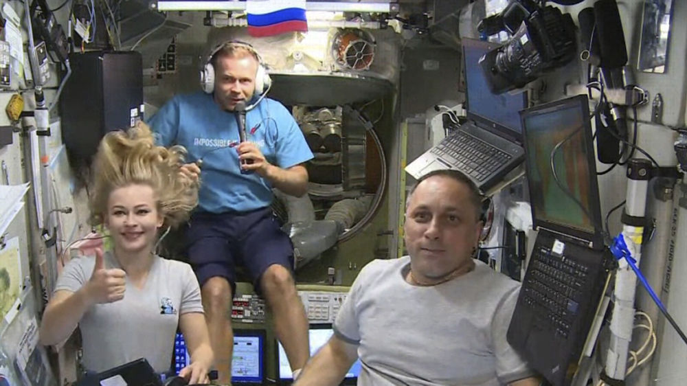 هنرپیشه یولیا پِرِسیلد و کارگردان کلیم شیپنکو در حال فیلمبرداری فیلم « چالش» در ایستگاه بین المللی فضایی