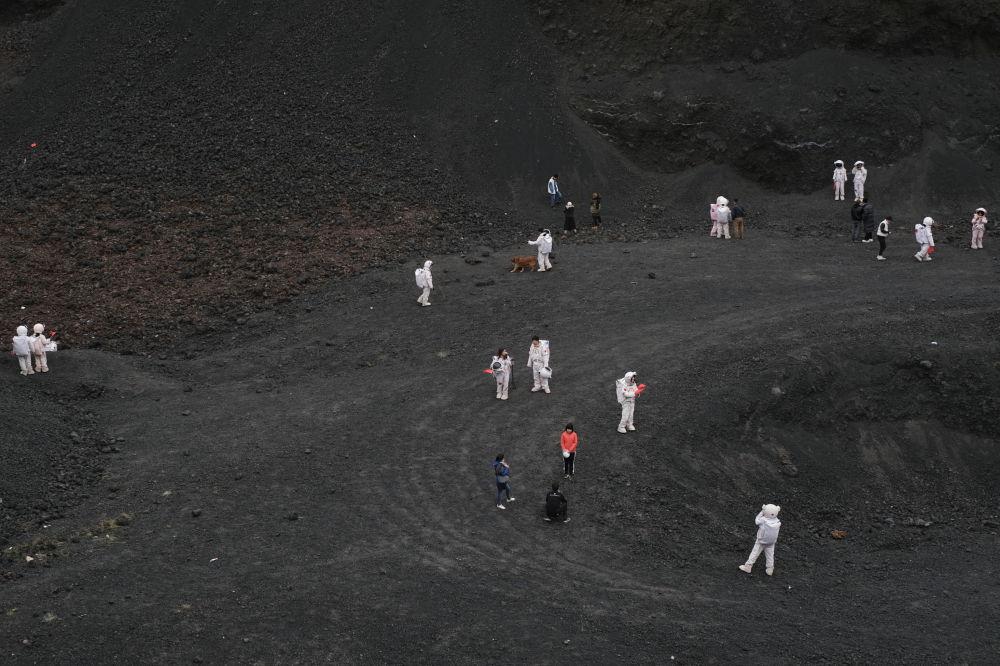 بازدیدکنندگان آتشفشان شماره 6 از گروه آتشفشان هایUlan Had در چین