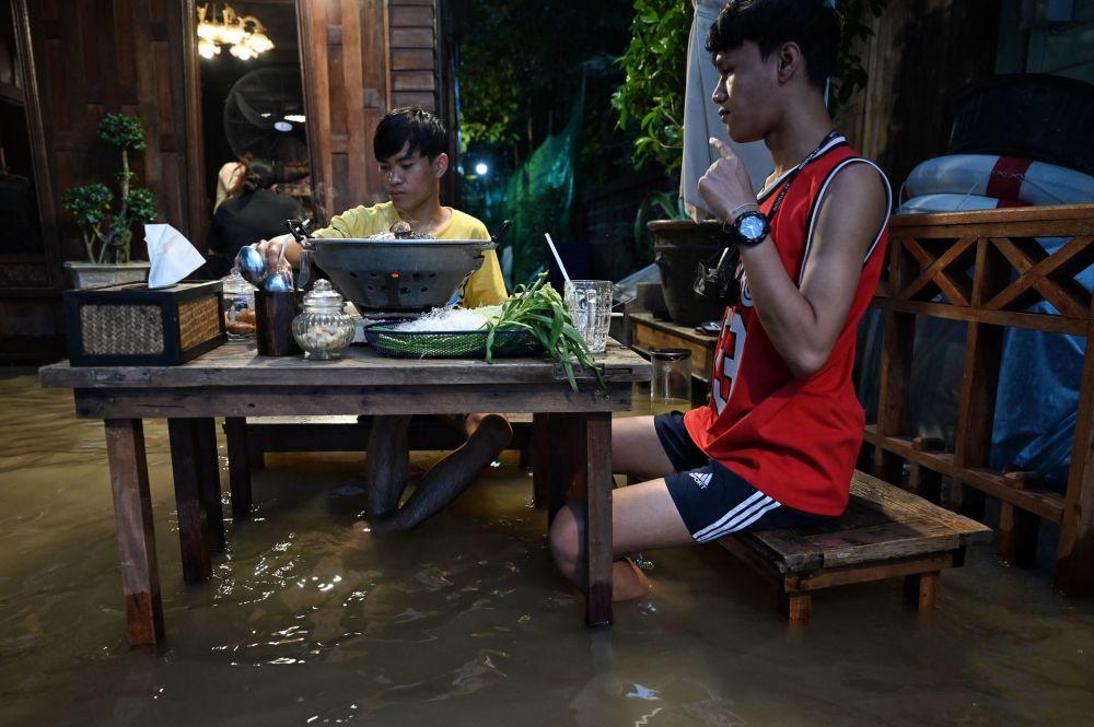 پذیرایی از مهمانان در کافه سیل زده  Chaopraya Antique تایلندی